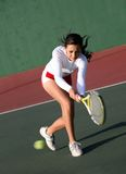 Fille jouant au tennis photos libres de droits