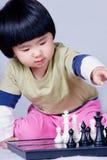 Fille jouant aux échecs image stock