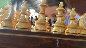 Fille jouant aux échecs Photo stock