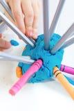 Fille jouant avec de la pâte à modeler colorée Photos stock