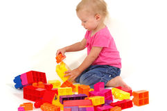 Fille jouant avec des blocs Images stock