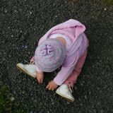 Fille jouant avec des cailloux Photo libre de droits