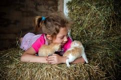 fille jouant avec des paires de chatons nouveau-nés Photographie stock libre de droits