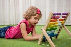 Fille jouant avec des scores de couleur photos stock