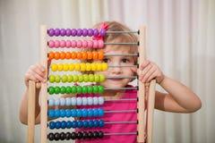 Fille jouant avec des scores de couleur images stock