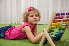 Fille jouant avec des scores de couleur photographie stock libre de droits
