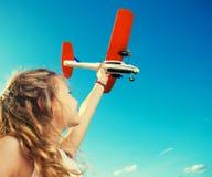Fille jouant avec l'avion photographie stock libre de droits