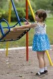 Fille jouant avec l'oscillation Photo libre de droits