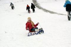 Fille jouant avec la neige photo stock