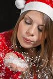 Fille jouant avec la neige Photos stock
