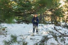 Fille jouant avec la neige dans la montagne Photographie stock libre de droits