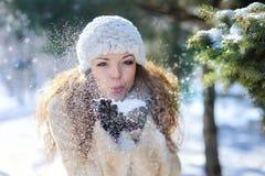 Fille jouant avec la neige en parc Images libres de droits