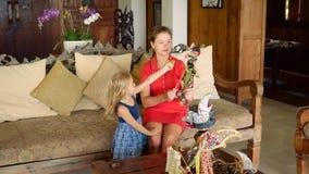 Fille jouant avec la petite soeur avec la poupée de balinese clips vidéos
