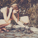 fille jouant avec le chat à la rue Photos libres de droits