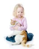 Fille jouant avec le chat Photo libre de droits