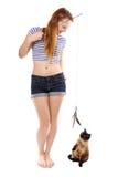 Fille jouant avec le chat images stock