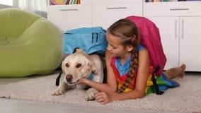 Fille jouant avec le chien habillé pour l'école clips vidéos