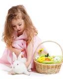 Fille jouant avec le lapin de Pâques Images stock