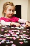 Fille jouant avec le puzzle denteux Images libres de droits