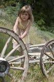 Fille jouant avec le vieux chariot Images libres de droits
