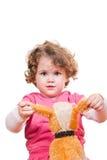 Fille jouant avec son animal bourré Photo stock