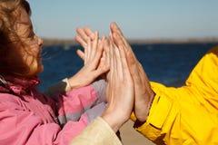 Fille jouant dans des ses mains avec ses parents Image stock