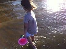 Fille jouant dans l'eau Photographie stock libre de droits