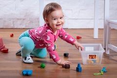 Fille jouant dans la chambre Photographie stock
