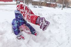 Fille jouant dans la neige photographie stock libre de droits