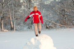 Fille jouant dans la neige Photos stock