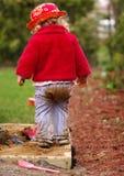 Fille jouant dans le bac à sable photographie stock libre de droits