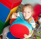 Fille jouant dans le jardin d'enfants Images libres de droits