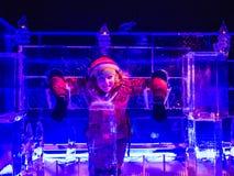 Fille jouant dans le palais de glace, pays des merveilles d'hiver, Londres, semaine de Noël Images stock