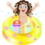 Fille jouant dans une piscine Image stock