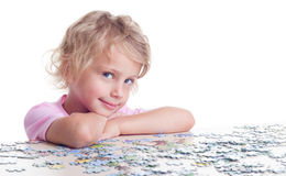 Fille jouant des puzzles Photo stock