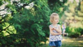 Fille jouant en parc de ville Images libres de droits
