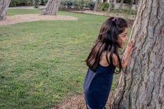 Fille jouant en parc dehors photographie stock