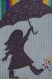 Fille jouant et chantant sous la pluie Images stock