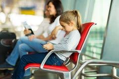 Fille jouant l'aéroport de comprimé Photos libres de droits