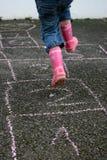 Fille jouant à l'extérieur Image stock