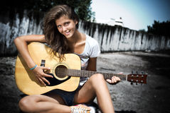 Fille jouant la guitare Images stock