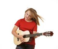 Fille jouant la guitare sur le blanc Photos stock