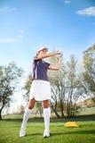 Fille jouant le golf Photographie stock libre de droits
