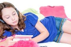 Fille jouant le jeu vidéo Photographie stock