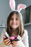 Fille jouant le lapin de Pâques Photos libres de droits