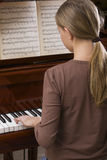 Fille jouant le piano Photo stock