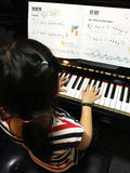 Fille jouant le piano Photos libres de droits