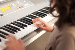 Fille jouant le piano Photos libres de droits