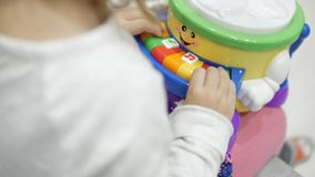 Fille jouant le piano des enfants banque de vidéos