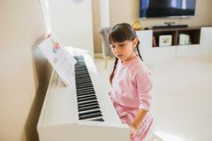 Fille jouant le piano photographie stock